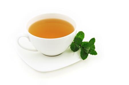 Eine Tasse Grüner Tee, mit dem man den Stoffwechsel anstoßen kann.