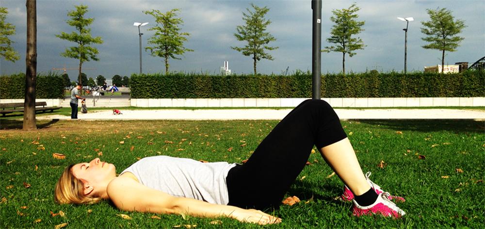 Sixpack Training Knieheben im Liegen 1. Position