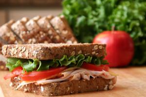 Komplexe Kohlenhydrate wie Vollkornprodukte essen, um gesund abzunehmen.