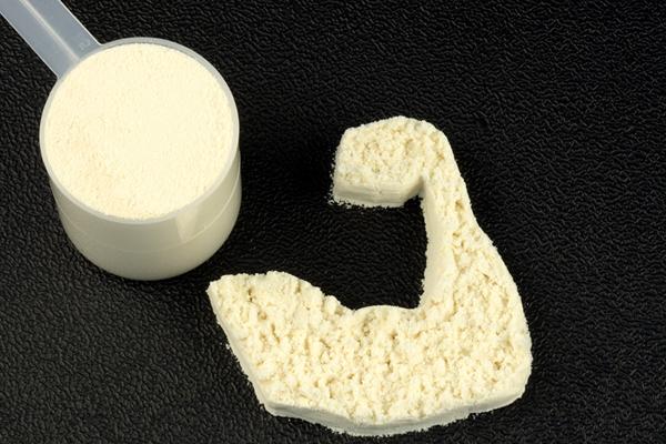 Ein Proteinpulver kann sehr unterstützend zum Muskelaufbau sein.
