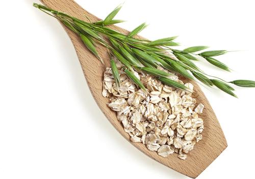 Haferflocken gemahlen und als Korn für eine gesunde Ernährung